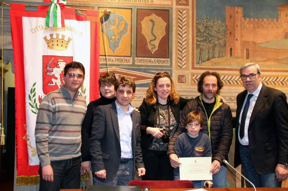 Da sx Matteo Sardi, Donatella Aramini, David Spalletti, Luca in mezzo alla mamma e al babbo e il sindaco Vittorio Gabbanini